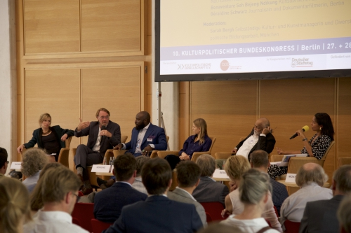 Panel 5v.l.n.r.: Géraldine Schwarz, Andreas Görgen,  Bonaventure Soh Bejeng Ndikung, Aino Laberenz, Arjun Appadurai, Sarah Bergh